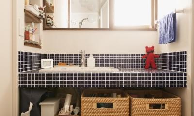ブルータイルを使った明るい洗面室|K邸・最大限の空間を確保した上質なインテリア