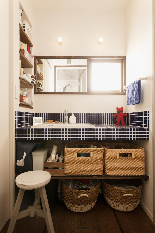 K邸・最大限の空間を確保した上質なインテリアの写真 ブルータイルを使った明るい洗面室