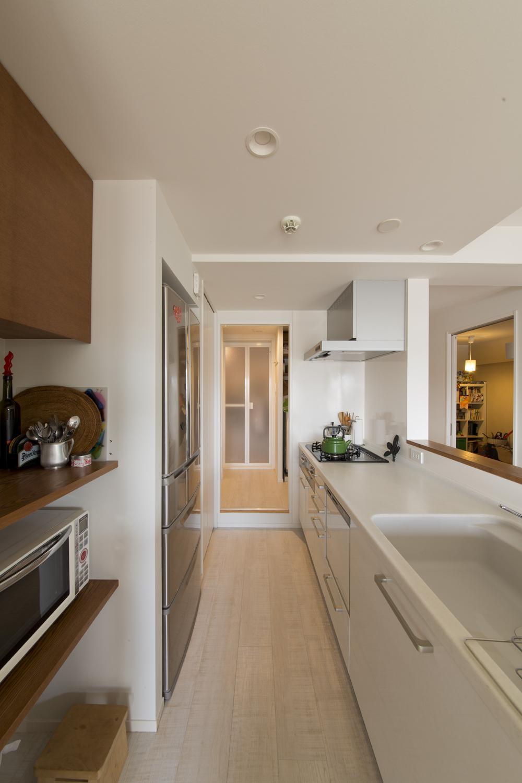 M邸・子供も大人も楽しく安心に暮らす家の部屋 シンプルなカウンターキッチン
