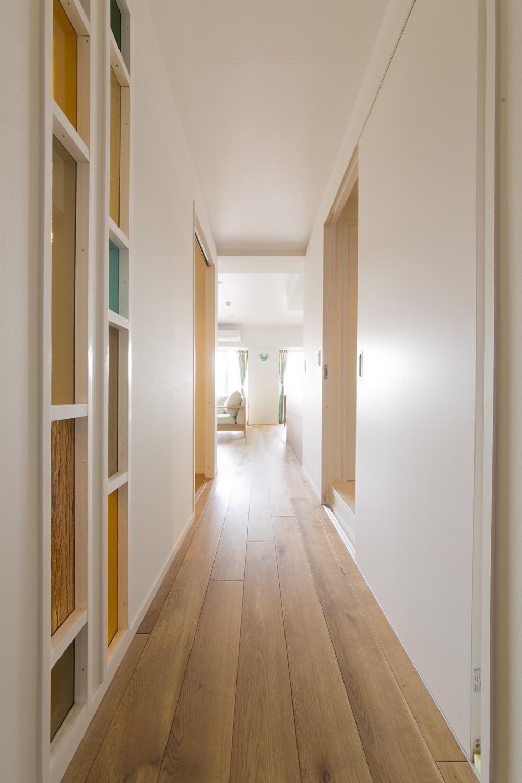 M邸・子供も大人も楽しく安心に暮らす家の部屋 リビングにつながる明るい廊下