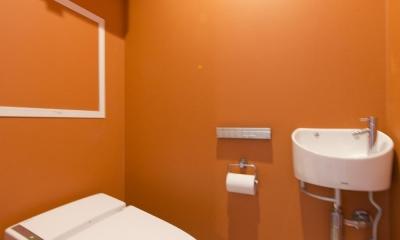 オレンジ壁のトイレ|M邸・子供も大人も楽しく安心に暮らす家