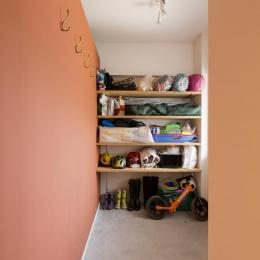 M邸・子供も大人も楽しく安心に暮らす家 (収納たっぷりの土間スペース)