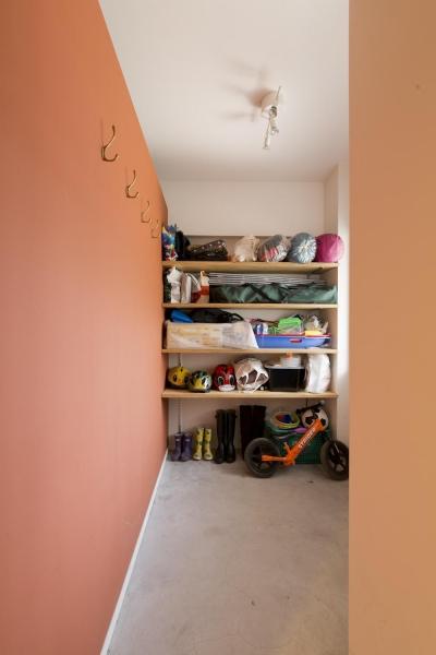 収納たっぷりの土間スペース (M邸・子供も大人も楽しく安心に暮らす家)