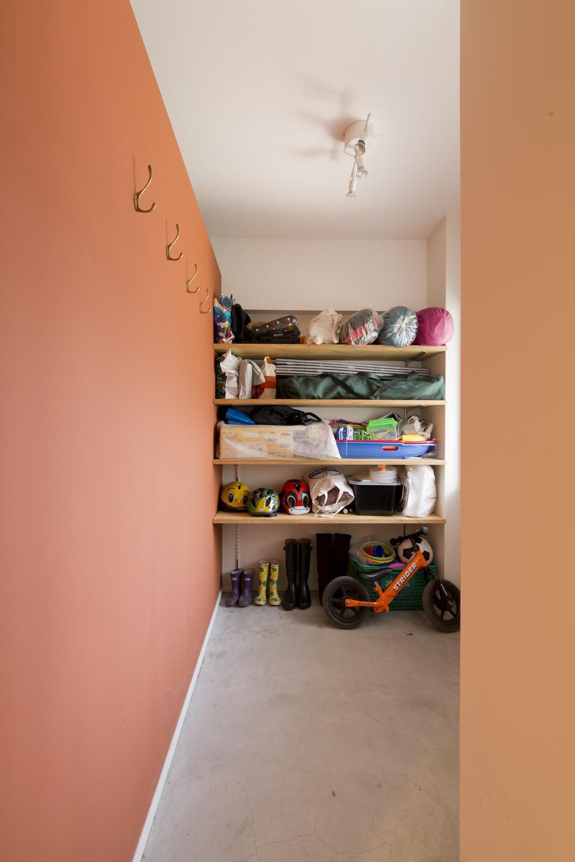 M邸・子供も大人も楽しく安心に暮らす家の部屋 収納たっぷりの土間スペース