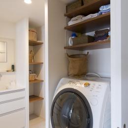 M邸・子供も大人も楽しく安心に暮らす家 (収納棚のある洗濯機置き場)