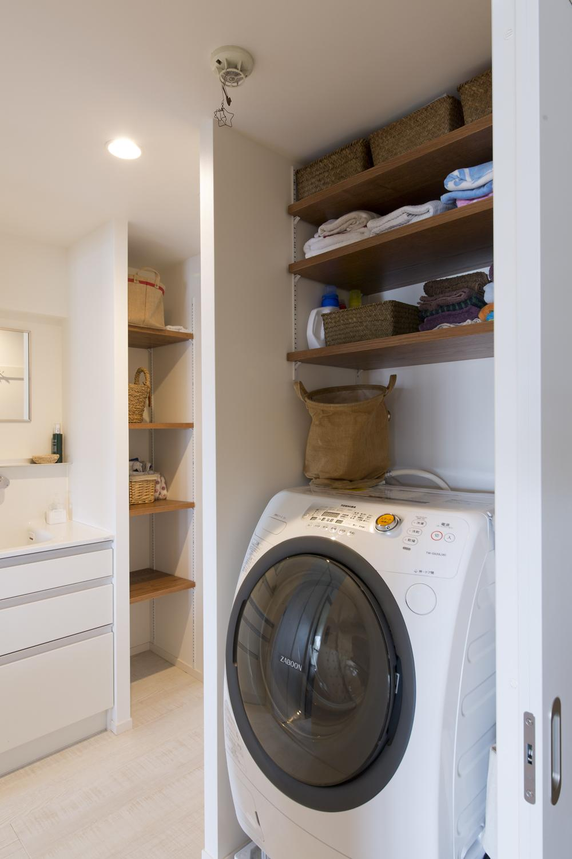 M邸・子供も大人も楽しく安心に暮らす家の部屋 収納棚のある洗濯機置き場
