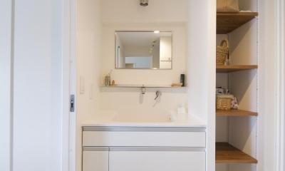 M邸・子供も大人も楽しく安心に暮らす家 (便利な動線の洗面室)