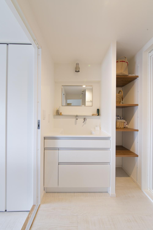 M邸・子供も大人も楽しく安心に暮らす家の部屋 便利な動線の洗面室