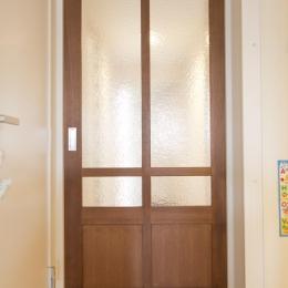 M邸・子供も大人も楽しく安心に暮らす家 (すりガラスの木製引き戸)