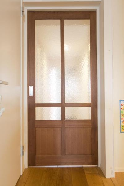 すりガラスの木製引き戸 (M邸・子供も大人も楽しく安心に暮らす家)