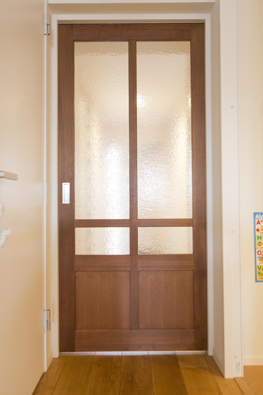 M邸・子供も大人も楽しく安心に暮らす家の部屋 すりガラスの木製引き戸