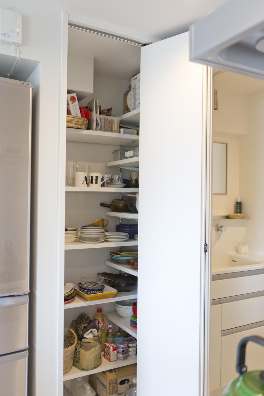 M邸・子供も大人も楽しく安心に暮らす家の部屋 可動棚のパントリー