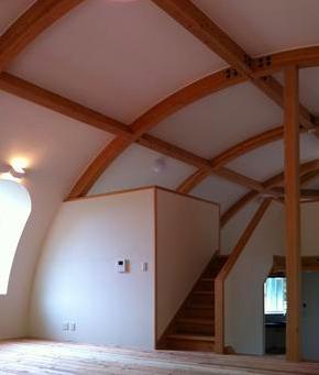『ドームハウス』木造らしい内部空間の部屋 スキップフロア・ドーム空間-1