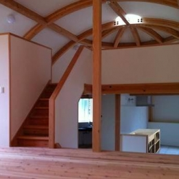 『ドームハウス』木造らしい内部空間 (スキップフロア・ドーム空間-2)