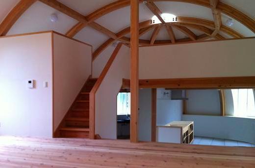 『ドームハウス』木造らしい内部空間の部屋 スキップフロア・ドーム空間-2