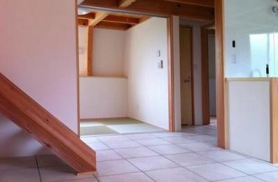 畳コーナー (『ドームハウス』木造らしい内部空間)