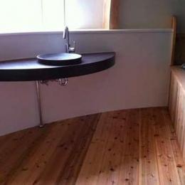 『ドームハウス』木造らしい内部空間 (木の温もり感じる洗面スペース)