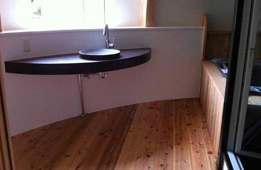 『ドームハウス』木造らしい内部空間の部屋 木の温もり感じる洗面スペース