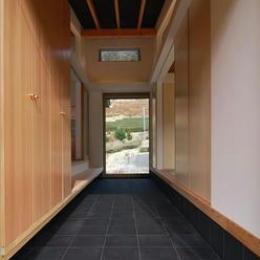 『茶畑の家』通り土間がつなぐ住まい (客間と家族空間を分ける通り土間)