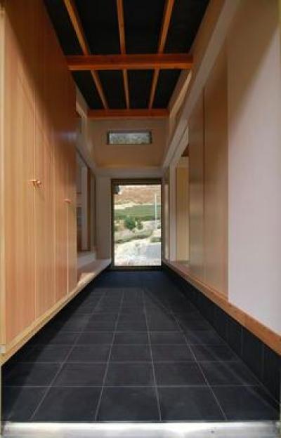 客間と家族空間を分ける通り土間 (『茶畑の家』通り土間がつなぐ住まい)