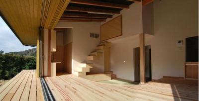 フルオープンの開放的なリビング (『茶畑の家』通り土間がつなぐ住まい)