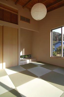 『茶畑の家』通り土間がつなぐ住まいの写真 客間-明るい和室