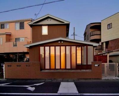 『停止線前の家』昭和の香りを残すバリアフリー住宅リノベ (趣きのある外観-夕景)