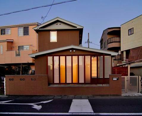 『停止線前の家』昭和の香りを残すバリアフリー住宅リノベの写真 趣きのある外観-夕景