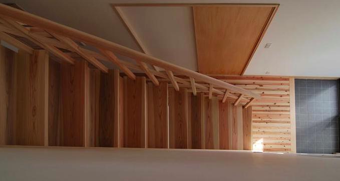 『停止線前の家』昭和の香りを残すバリアフリー住宅リノベの写真 一直線の木製階段