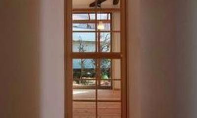 『停止線前の家』昭和の香りを残すバリアフリー住宅リノベ (リビング入口-木格子のガラス扉)