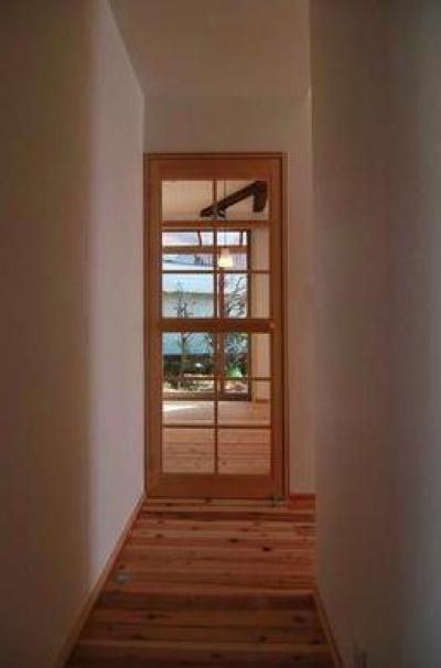 リビング入口-木格子のガラス扉 (『停止線前の家』昭和の香りを残すバリアフリー住宅リノベ)