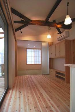 『停止線前の家』昭和の香りを残すバリアフリー住宅リノベの写真 畳室のある開放的なLDK