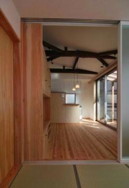 『停止線前の家』昭和の香りを残すバリアフリー住宅リノベ (畳室よりLDKを見る)