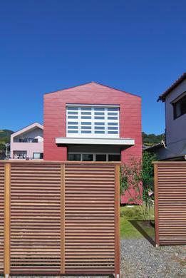 『赤備えの家』プライバシーを守る住まいの部屋 目隠しフェンスのある外観