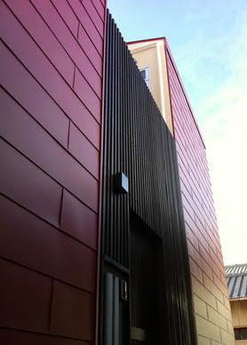 『赤備えの家』プライバシーを守る住まいの部屋 黒い縦格子の玄関-外観