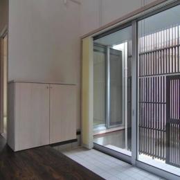 『赤備えの家』プライバシーを守る住まい (ガラス戸の開放的な玄関)
