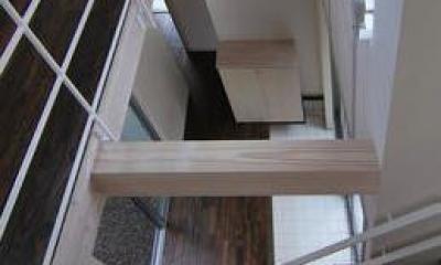 『赤備えの家』プライバシーを守る住まい (吹き抜けの玄関ホールを見下ろす)