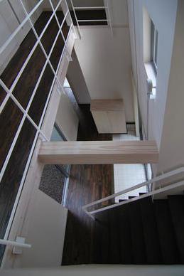 『赤備えの家』プライバシーを守る住まいの部屋 吹き抜けの玄関ホールを見下ろす