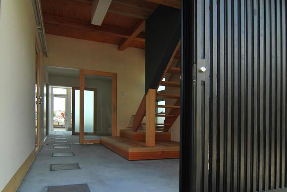 T字路に建つアトリエハウスの部屋 アトリエにつながる玄関土間