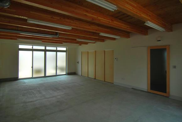 T字路に建つアトリエハウスの部屋 1階アトリエ 作業・接客空間