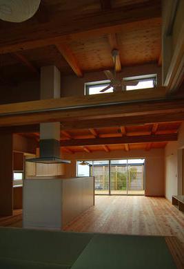 T字路に建つアトリエハウスの部屋 天井の高い開放的なLDK