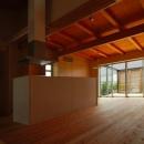 T字路に建つアトリエハウスの写真 バルコニーより光の差し込む温かなLDK
