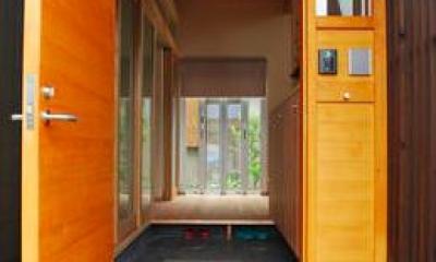 『つなぐ家』自然素材をふんだんに使った住まい (視線の抜ける玄関)
