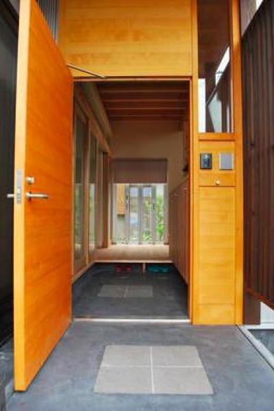 視線の抜ける玄関 (『つなぐ家』自然素材をふんだんに使った住まい)