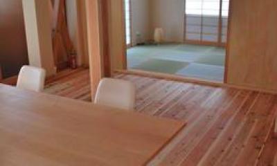 『つなぐ家』自然素材をふんだんに使った住まい (ダイニングより和室を見る)