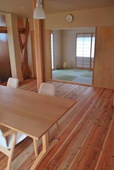 ダイニングより和室を見る (『つなぐ家』自然素材をふんだんに使った住まい)