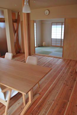『つなぐ家』自然素材をふんだんに使った住まいの写真 ダイニングより和室を見る