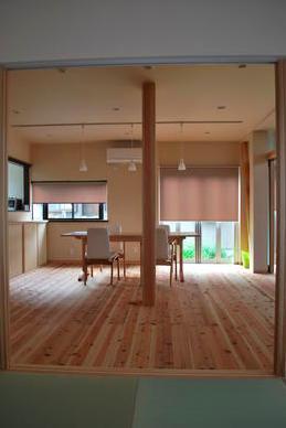『つなぐ家』自然素材をふんだんに使った住まいの写真 和室よりダイニングを見る