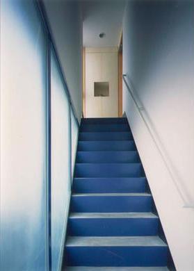 『スチールエコハウス#1』高性能住宅の写真 2階玄関につながる階段アプローチ