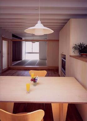 『スチールエコハウス#1』高性能住宅の写真 ダイニングより和室を見る